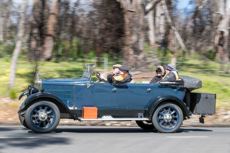 Morris Empire Oxford Tourer 1927 que conduce en la carretera nacional imágenes de archivo libres de regalías