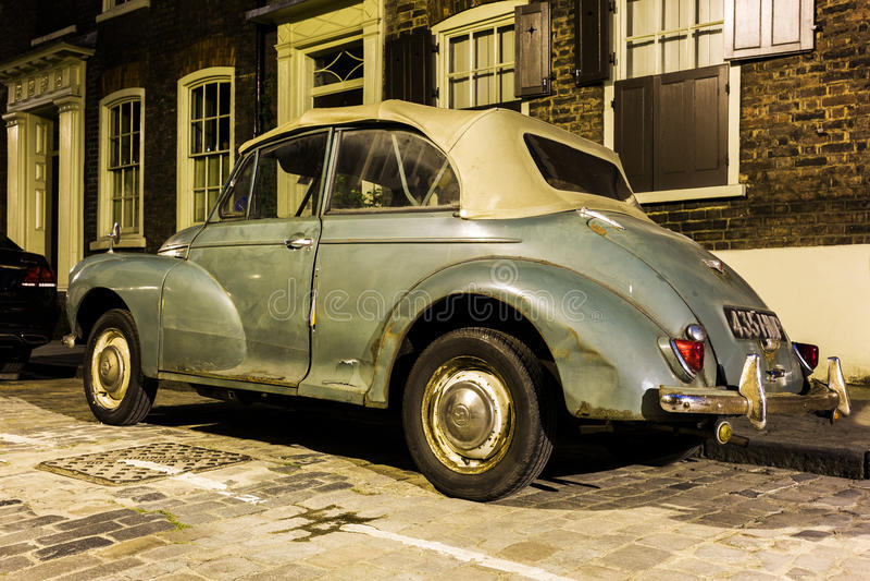 Morris Minor Convertible dans une rue de voiture de Londres la nuit images libres de droits