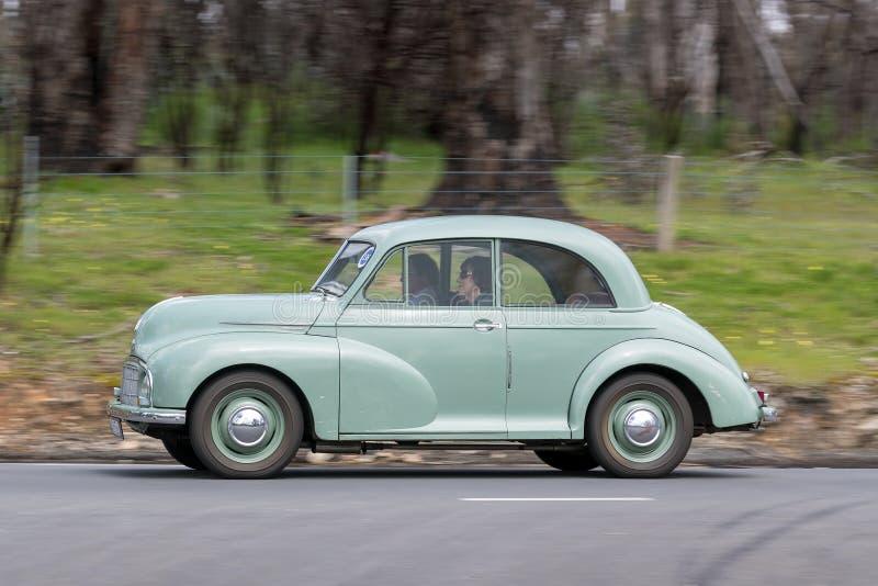 Morris Minor Sedan 1950 que conduce en la carretera nacional imagen de archivo