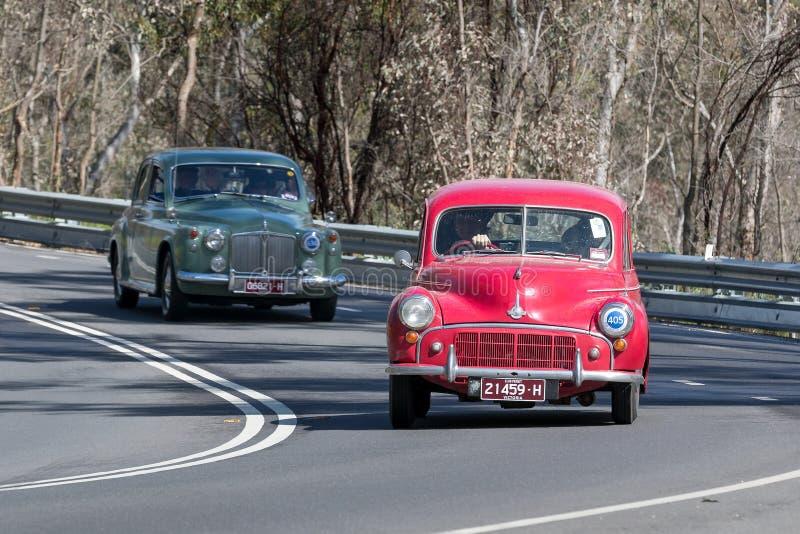 Morris Minor Sedan 1953 que conduce en la carretera nacional imagenes de archivo