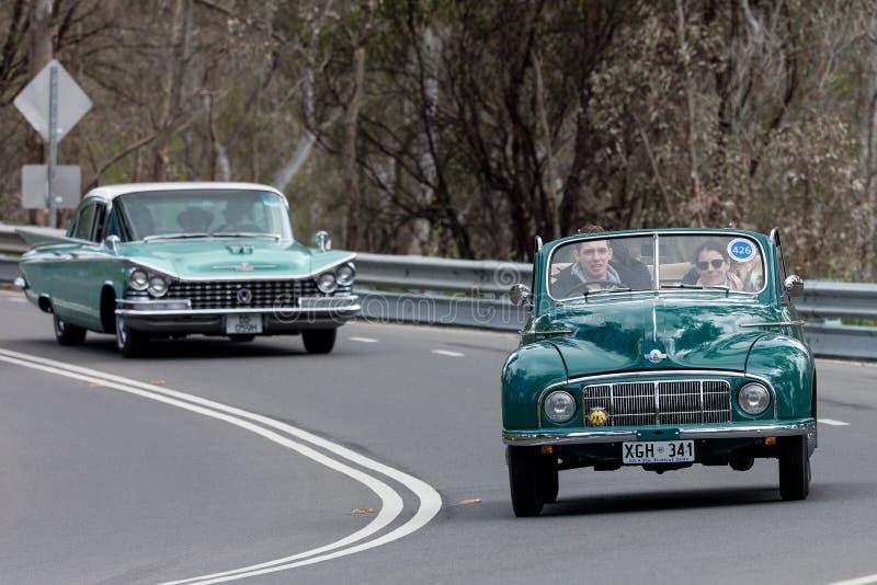 Morris Minor Tourer 1950 que conduce en la carretera nacional imagen de archivo