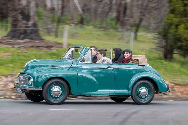 Morris Minor Tourer 1950 que conduce en la carretera nacional fotografía de archivo libre de regalías