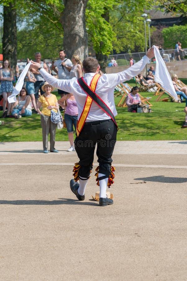 Morris-Tänzer empfängt Applaus und Schmeichelei von der Menge im englischen Park stockfoto