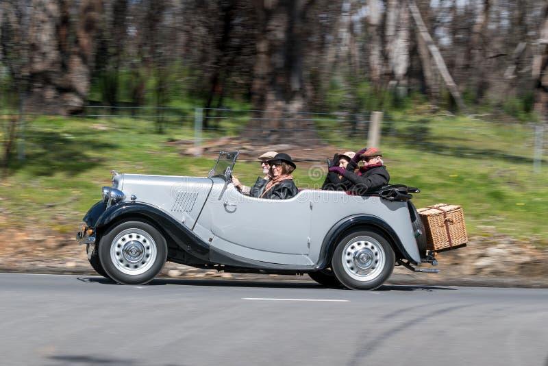 Morris 1938 8/40 Tourer que conduce en la carretera nacional imagen de archivo