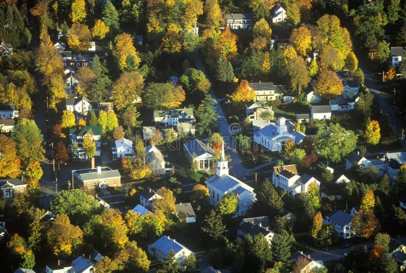 Morrisville鸟瞰图, VT在风景路线100的秋天在日落 免版税库存照片