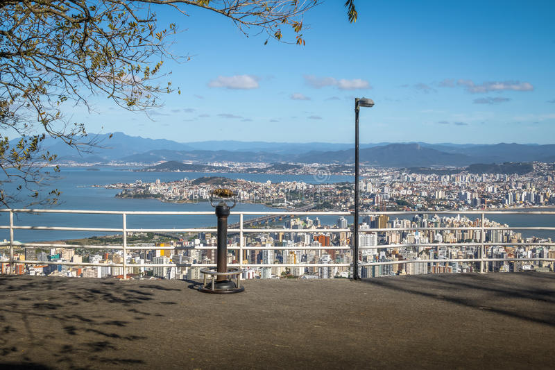 Morro a Dinamarca Cruz Viewpoint e opinião do centro da cidade de Florianopolis - Florianopolis, Santa Catarina, Brasil fotografia de stock royalty free