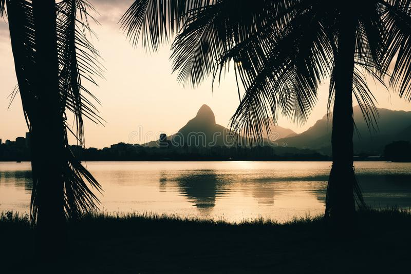 Morro Dois Irmaoes που βλέπει από Lagoa Rodrigo de Freitas στο ηλιοβασίλεμα στο Ρίο ντε Τζανέιρο στοκ φωτογραφίες