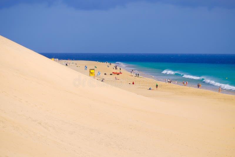MORRO JABLE, FUERTEVENTURA, ESPAÑA - 18 DE FEBRERO DE 2019: Beach Playa del Matorral con los turistas desconocidos imagen de archivo libre de regalías