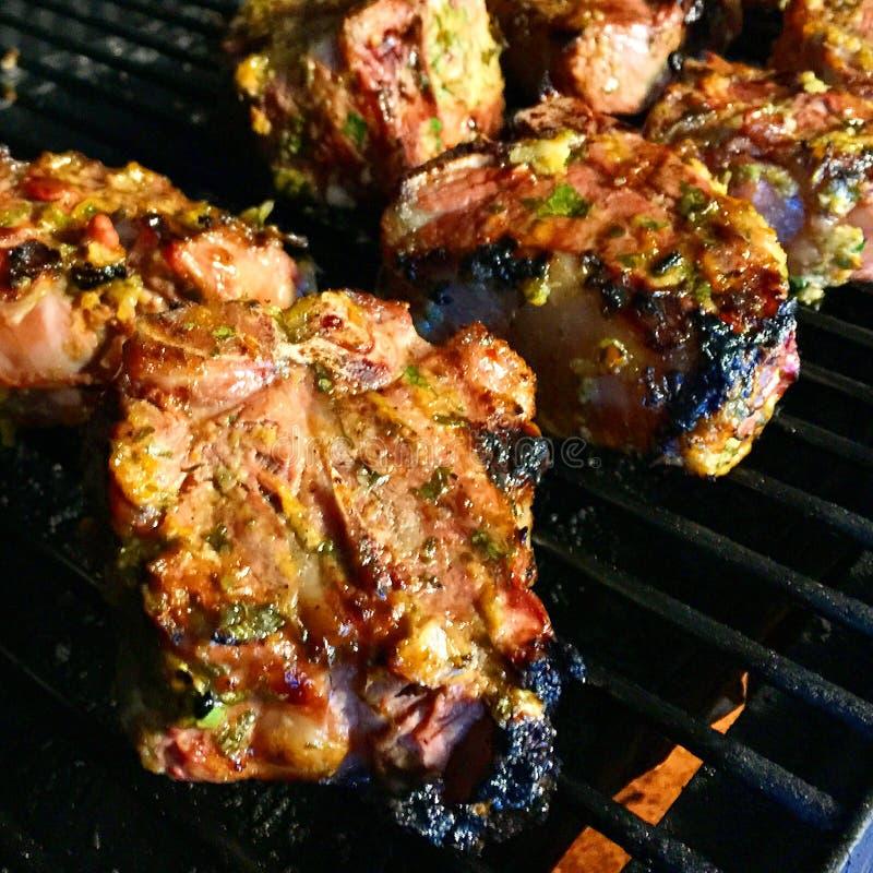 Morroccan-Lamm-Hiebe im Grill lizenzfreies stockfoto