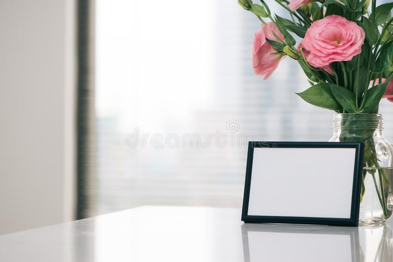 Mors dag, kvinnors dag eller annat passande feriekort i rektangulär fotoram med tomt utrymme för din text på vit tabl royaltyfri bild