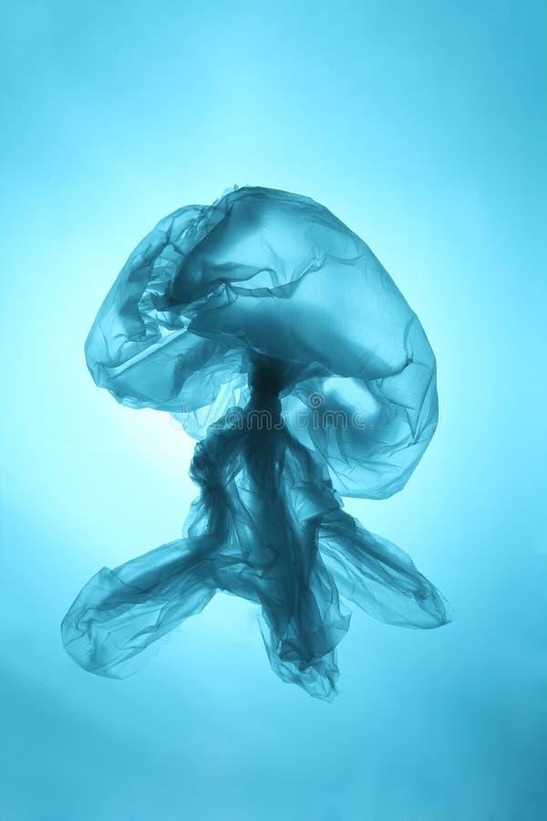 Morscy gruzy, oceanu zanieczyszczenie Plastikowi worki zabijaj? ?wiat U?ywa? plastikowy worek w postaci jellyfish obrazy stock