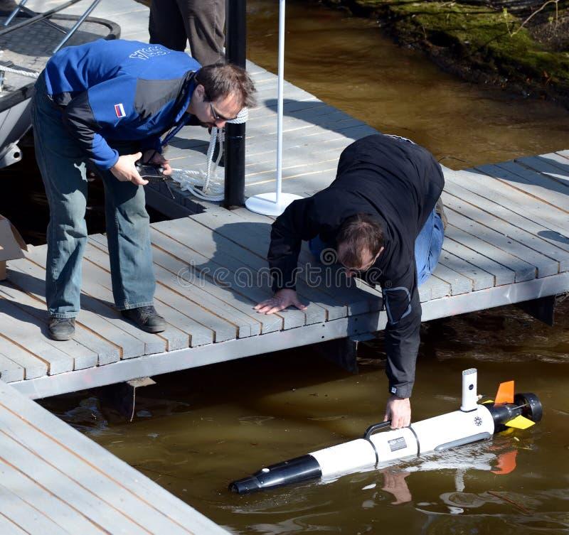 Morscy naukowowie wszczynają Autonomicznych podwodnych bezpilotowych pojazdy obrazy royalty free