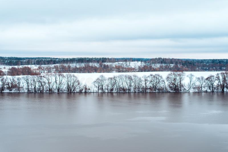 Morsend rivier in de winter tegen de achtergrond van mooie snow-covered bos Witte heuvels in de afstand clean stock fotografie