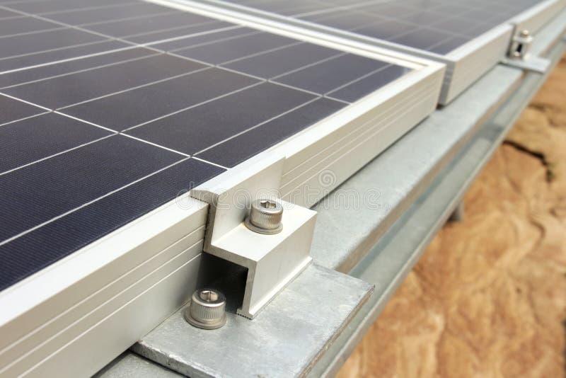 Morsetto dell'estremità dell'installazione solare del pannello di PV fotografie stock libere da diritti