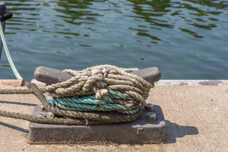 Morsetto sulla banchina di una funzione del porto fotografie stock libere da diritti