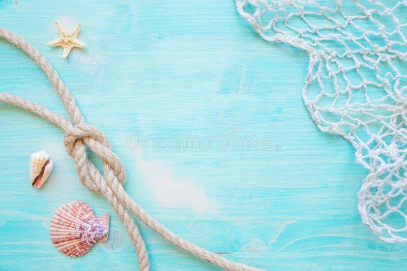 Morska arkany i połowu sieć na błękitnym drewnianym tle obraz royalty free