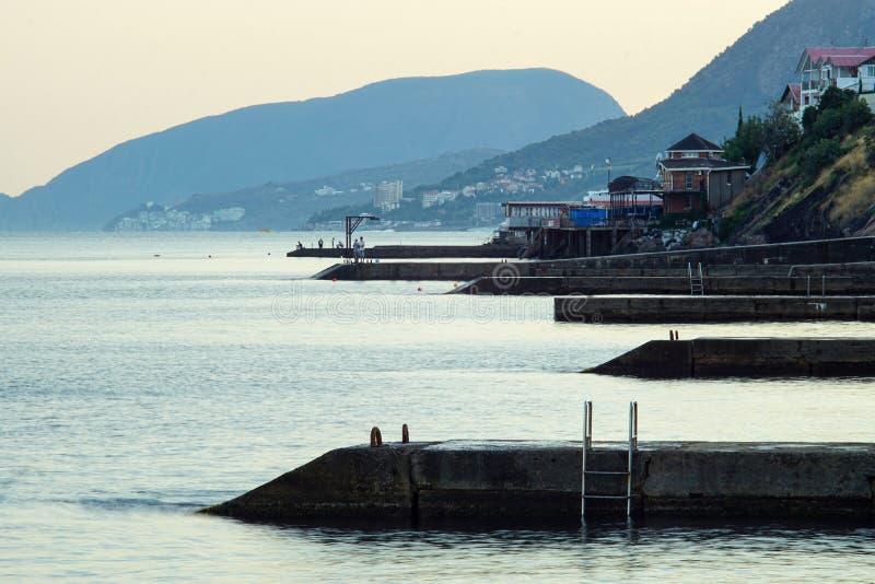 Morska niedaleko Alushta o zachodzie słońca obrazy royalty free