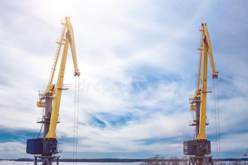 Morski ładowniczy żuraw przeciw niebieskiemu niebu zabarwiającemu pod instagram zdjęcia stock