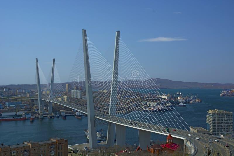 Morski miasto wysokości most przez zatokę, pogodną pogodę i pięknego Vladivostok, obraz royalty free