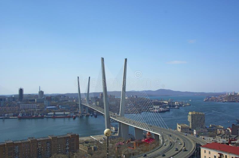 Morski miasto wysokości most przez zatokę, pogodną pogodę i pięknego Vladivostok, obraz stock