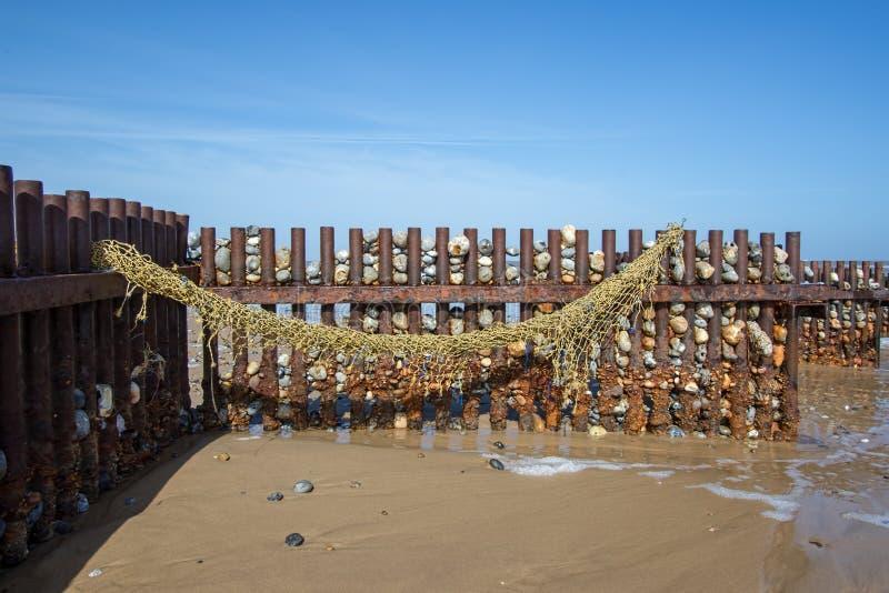 Morski zanieczyszczenie Denna sieć rybacka myjąca up na plaży fotografia stock