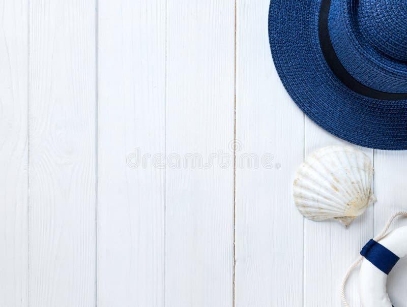 Morskie rzeczy na drewnianym tle Morze przedmioty: słomiany kapelusz, swimsuit, ryba, łuska Mieszkanie nieatutowy, kopii przestrz zdjęcia stock