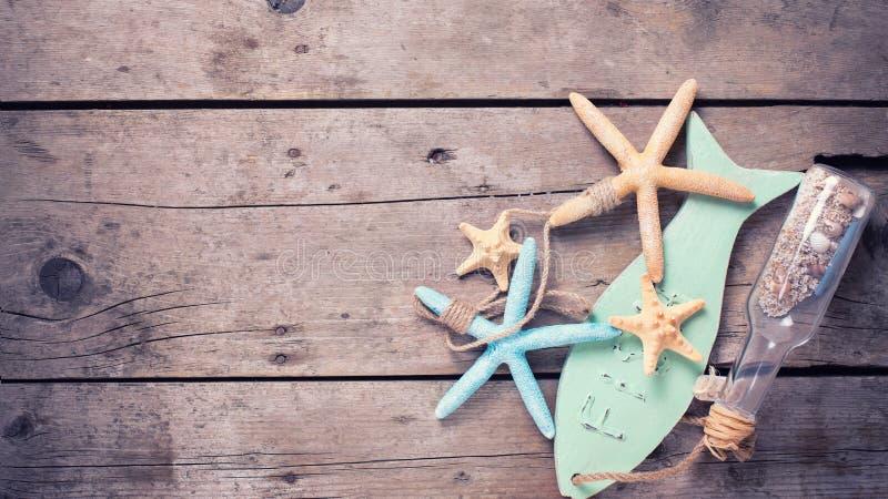 Morskie rzeczy na rocznika drewnianym tle fotografia royalty free
