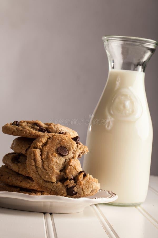 Morsure faite maison de Chip Cookies de chocolat prise hors de elle photo libre de droits