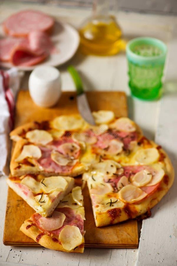 Mortadella- och potatispizza fotografering för bildbyråer
