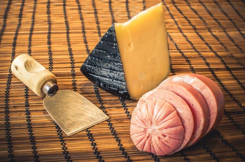 Mortadella tradizionale con il formaggio di Pecorino (alimento italiano) fotografia stock libera da diritti