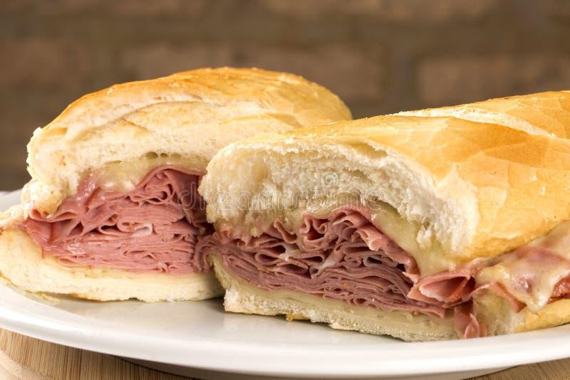 Mortadellasmörgås, italiensk korv arkivfoton