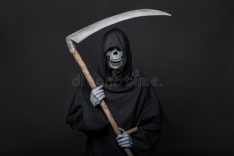 Morte com a foice que está na obscuridade Halloween fotos de stock