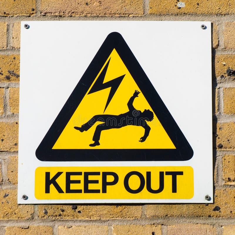Morte de choque elétrico que adverte o sinal amarelo na parede, esquadrada imagens de stock royalty free