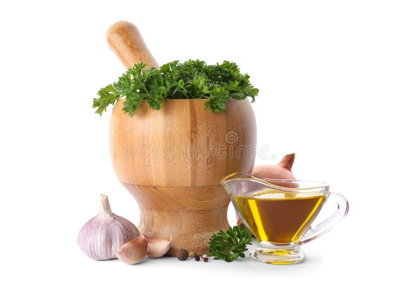 Mortel med grön ny persilja, grönsaker och olja royaltyfri foto