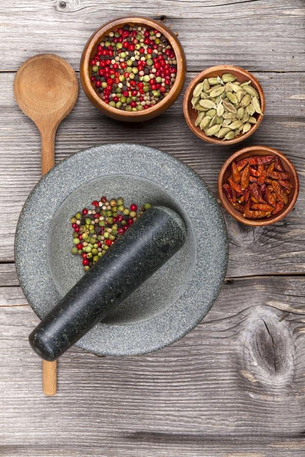 Mortel med nya kryddor arkivbilder