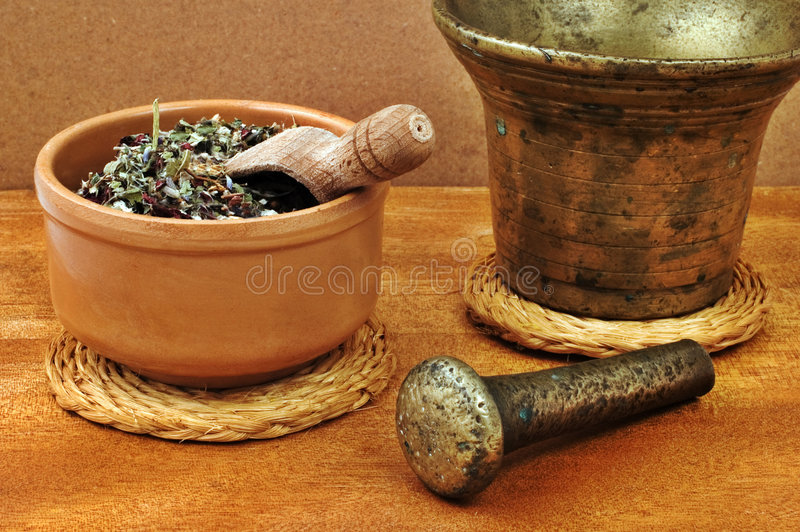 Mortero y maja con el tazón de fuente con las hierbas fotografía de archivo libre de regalías