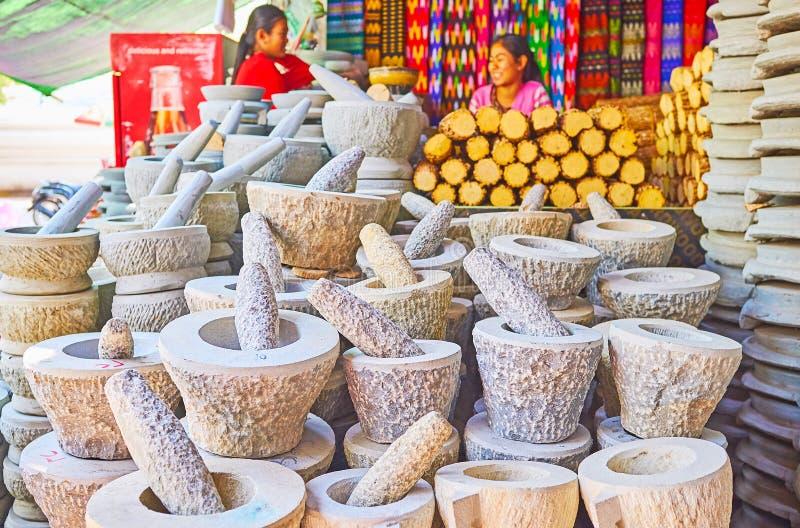 Morteros y majas en la parada del mercado de la pagoda de Kaunghmudaw, Sagai imagen de archivo libre de regalías