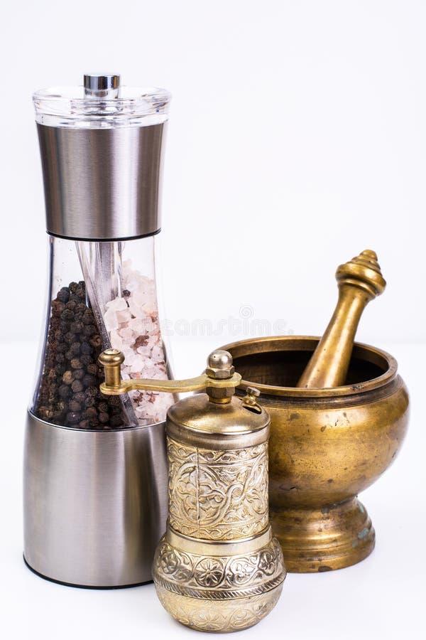 Mortier avec le pilon et moulin pour des épices image stock