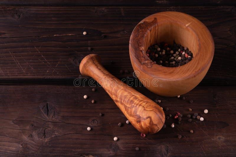 Mortier en bois avec le poivre, bois discret et olive photos libres de droits