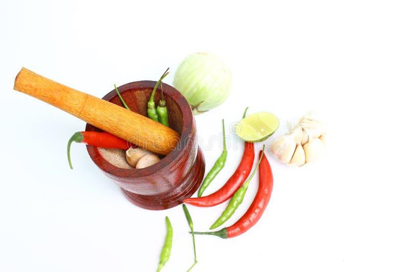 Mortier en ingrediënten voor het koken op witte achtergrond royalty-vrije stock afbeelding