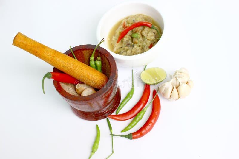 Mortier en ingrediënten voor het koken op witte achtergrond stock foto's