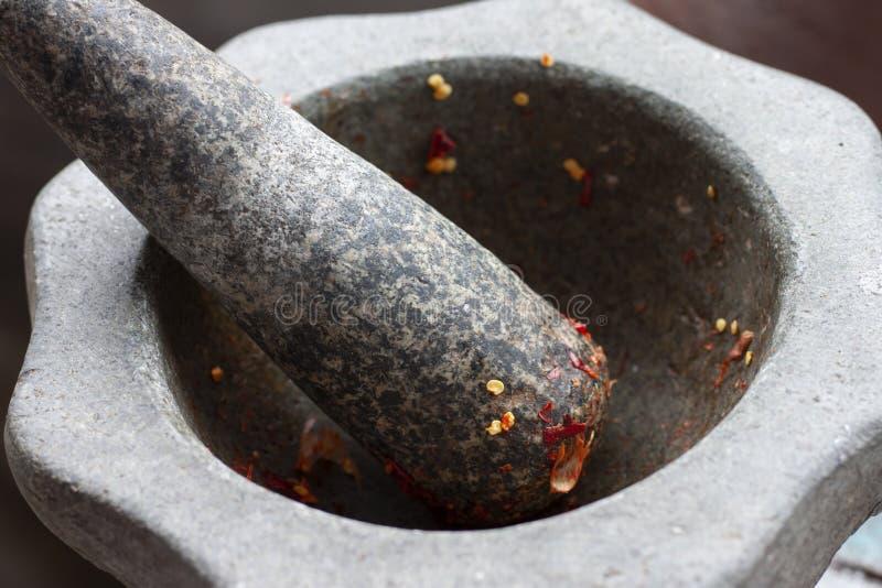 Mortier en stamper voor gebruik in Spaanse peperdeeg als ingrediënt royalty-vrije stock afbeelding