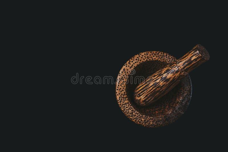 Mortier et poussoir en bois pour la cuisine de meulage de poivre de Jama?que, avec une teinte chaude agr?able photo stock