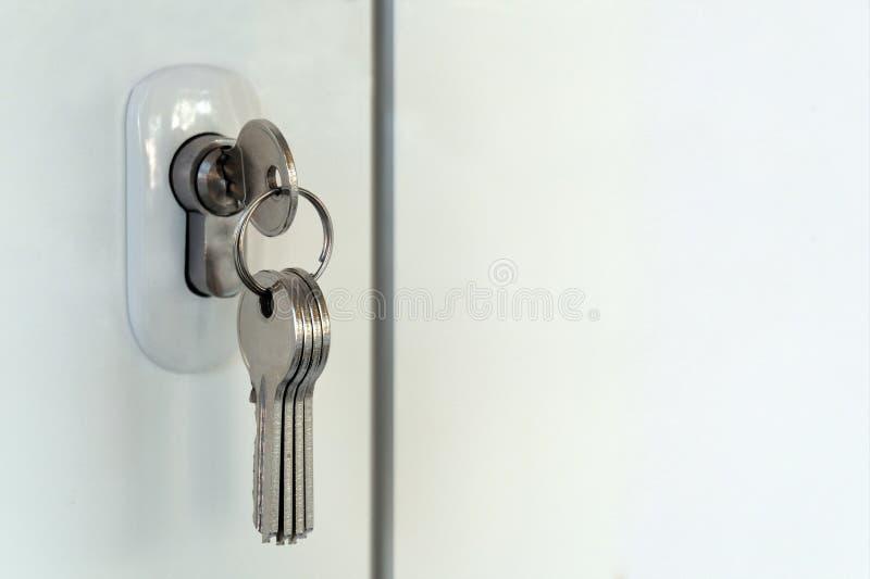 Mortise kędziorek w plastikowym drzwi Wiązka nowi klucze Otwarcie lub przymknięcie pokój pojęcie zapominalskość lub zakłócenie sp zdjęcia stock