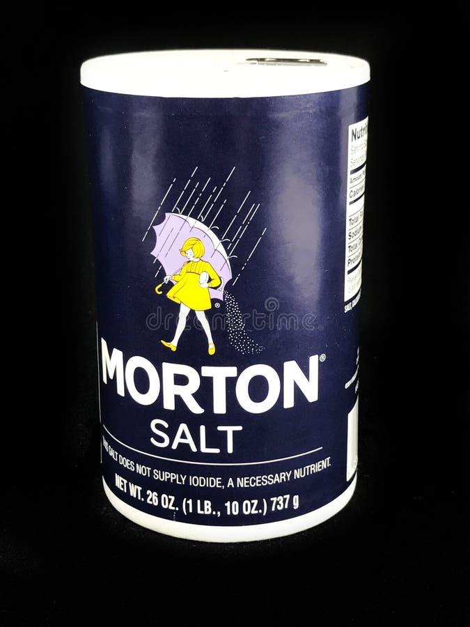 Morton Salt Container auf einem schwarzen Hintergrund stockfotos