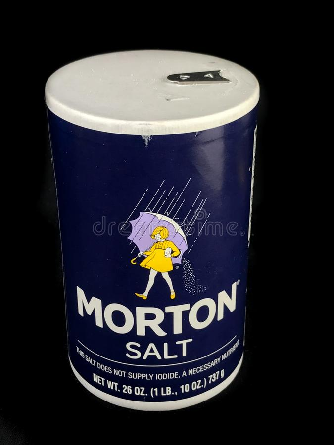 Morton Salt Container auf einem schwarzen Hintergrund lizenzfreie stockfotos
