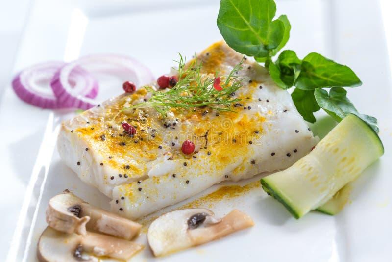 Morue atlantique cuite à la vapeur avec les épices et le légume images libres de droits