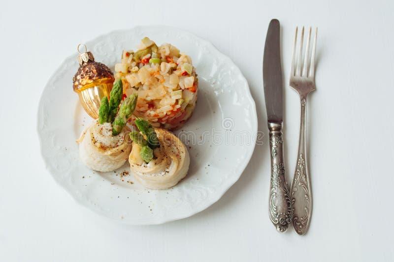 Morue et asperge cuites au four Rolls photographie stock libre de droits