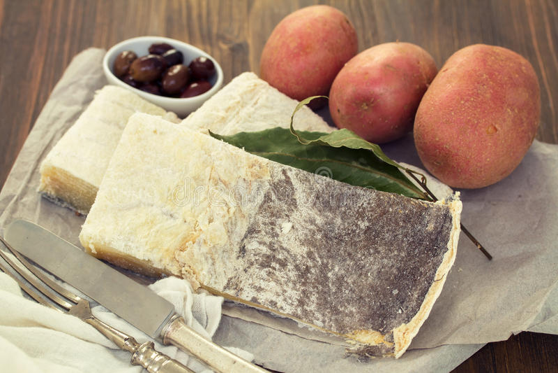 Morues sèches salées avec des olives photo libre de droits