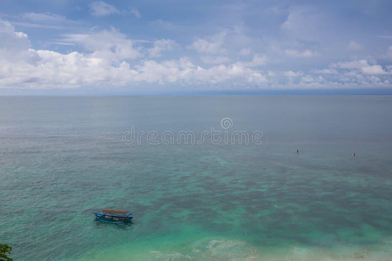 Morza Karaibskiego lata fala nawierzchniowy tło Egzot wody krajobraz z chmurami na horyzoncie Naturalna tropikalna woda obrazy royalty free